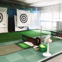 ゴルフ打席は2メートル以上離し、大型扇風機3台稼働しています。